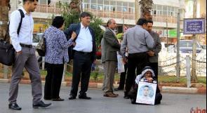 بالفيديو والصور .. رام الله: أقل من 40 مواطناً يعتصمون تنديدا باغتيال الشهيد الترابي
