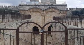 الاحتلال يغلق باب الرحمة في المسجد الأقصى بالسلاسل