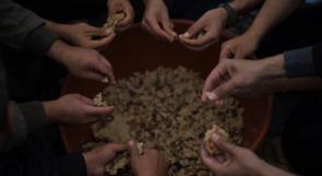 """طهو الاكلة التراثية """"فتة العجر"""" داخل مخيمات العودة شرق رفح"""