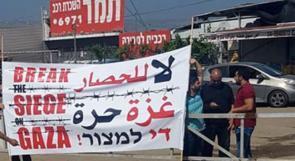 """عكا: متظاهرون يواجهون """"طواف ايطاليا"""" بأعلام فلسطين ولافتات مناهضة للاحتلال بطمرة"""