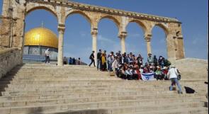 استفزاز ووقاحة.. المستوطنون يحملون علم دولة الاحتلال على الدرج المؤدي الى صحن مسجد قبة الصخرة