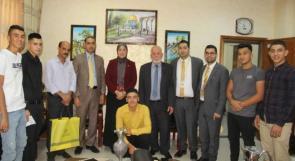 الإسلامي الفلسطيني يكرم الفائز بجائزة أفضل منتج في الشركة الطلابية