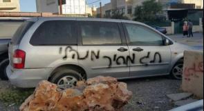 مستوطنون يخطون شعارات عنصرية جنوب الخليل