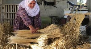 المسنة أم يوسف تروي لوطن حكاية 50 عاما في صناعة القش