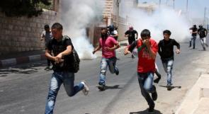 اختناق 30 طفلا بينهم حالة حرجة جراء اعتداء الاحتلال على مدرسة الخليل