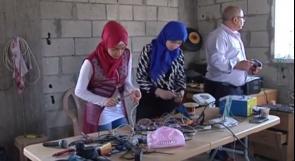 """خاص لـ""""وطن"""" بالفيديو .. الخليل: طالبتان من يطا تبتكران جهاز شحن لاسلكي"""