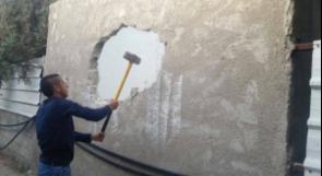 الاحتلال يجبر عائلة حشيمة المقدسية على هدم منزلها بيدها