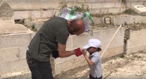 طفل متطوع ينظف حدائق وباحات المسجد الاقصى استعداداً لشهر رمضان