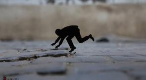 """خاص لـ""""وطن"""": بالفيديو.. غزة: رمزي المدهون يستخدم فن """"الرموز"""" لإحياء الأماكن المهمشة"""