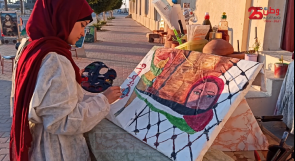 """محمد وإسلام..  صديقان يقيمان """" كشكًا """" على الرصيف في قالب فني وثقافي مميز لجذب انتباه المارَّة"""