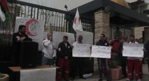 بالصور... موظفو الإسعاف والطوارئ يعتصمون أمام الهلال الأحمر