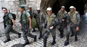 الاحتلال يعتقل الفتى محمد عبيد ويزيل الأعلام الفلسطينية في العيسوية