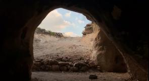 """مبادرة شبابية تعيد الحياة لكهف """"طور"""" الأثري في إذنا بعد أن كان مكبا للنفايات"""