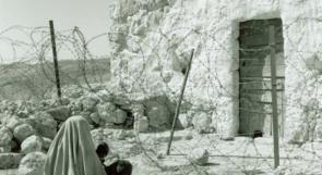 """فلسطينية لاجئة تقف بعيدة عن بيتها خلف """"الخط الأخضر"""" وهو خط الهدنة الذي تم التوصل إليه في أعقاب الحرب العربية-الإسرائيلية عام 1948"""