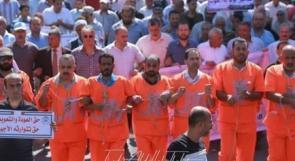 موظفو الأونروا في غزة يرتدون زي الاعدام