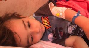 وصل الأردن وعاد دون علاج.. والد الطفل وجد يناشد عبر وطن بإنقاذ حياة ابنه