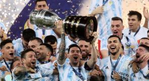 ميسي ينتزع جائزتين ويحمل أول كأس دولية بمسيرته