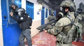 """قوات القمع تقتحم قسم (3) في سجن """"ريمون"""" وتُهدد الأسرى بنقلهم إلى الزنازين"""