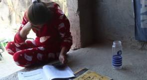 كهرباء متقطعة وشبكة انترنت ضعيفة.. هكذا تتابع طالبة في خربة الفارسية تعليمها عن بعد!