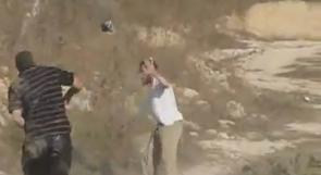 بالفيديو.. شباب عصيرة القبلية يوسعون مستوطنا ضربا