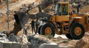 الاحتلال يهدم آبارا وغرفا زراعية في إذنا بالخليل