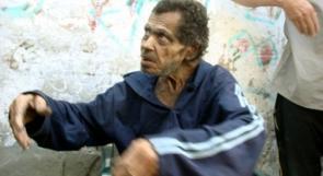 بالفيديو ...العثور على مسن بمخيم البريج يعيش بعزلة منذ نصف قرن