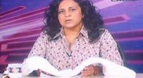مذيعة بالتليفزيون المصري تظهر على الهواء وهي تحمل كفنها!