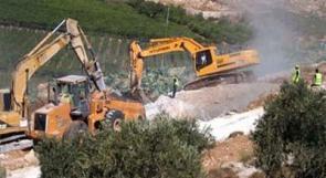 الاحتلال يشرع بتجريف اراضي خاصة في دورا