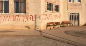 صور وفيديو ... مستوطنون يعطبون اطارات مركبات ويخطون شعارات عنصرية على جدران مسجد بلدة كفر مالك