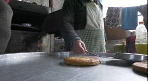 """في الخليل.. نساء يعيّشنَ عائلاتهن من صناعة الخبز و""""الملاتيت والمطبق"""""""