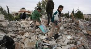 اطفال يبحثون عن كتبهم والعابهم في ركام منزل عائلة جرار الذي دمره الاحتلال خلال عملية جنين
