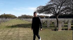 يعيش في المقبرة منذ ولادته.. الشاب جرادة مدير مقبرة الانجليز يرث مهنة أجداده