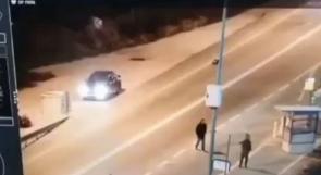 """شاهد .. جندي للاحتلال يصاب بزجاجة """"مولوتوف"""" من مسافة متر"""
