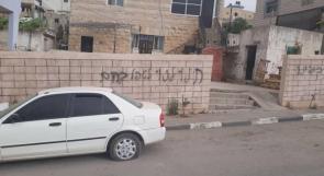 مستوطنون يعطبون مركبات ويدمرون مزروعات ويخطون شعارات عنصرية في دير عمار