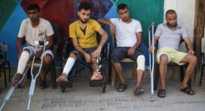 """أربعة أشقاء من غزة على """"عكاز"""" بعد إصابتهم برصاص الاحتلال"""