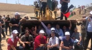 فلسطينيون يحاولون التصدي لجرافات الاحتلال ومنعها من هدم الخان الأحمر