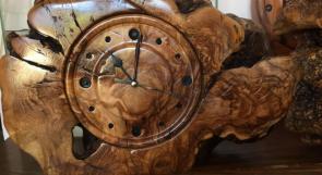 الأربعيني أشرف ثابت يصنع ساعات أنيقة وثمينة من خشب الزيتون والبلوط
