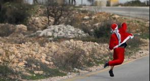 سانتا كلوز يرشق الحجارة على الاحتلال