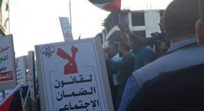 فيديو| الآلاف في الخليل ونابلس يطالبون بتجميد الضمان الاجتماعي