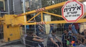 صور | سكان تل ارميدة بالخليل يعتصمون أمام إحد حواجز الاحتلال للمطالبة بإزالته