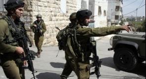 قوات الاحتلال تعتقل مواطنا وتستدعي اثنين لمخابراته