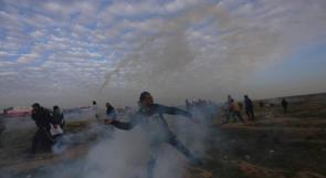 شاب يعيد إلقاء قنبلة الغاز تجاه الاحتلال في مسيرات العودة شرق غزة
