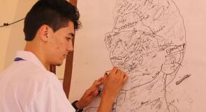 """خاص لـ """"وطن"""": بالفيديو... غزة: أبو ندى.. فنان تشكيلي يبث رسالة سلام لمحبيه عبر لوحاته"""