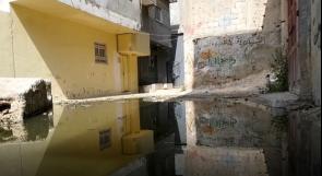 مخيم العروب يغرق بمياه الصرف الصحي والأهالي يناشدون عبر وطن
