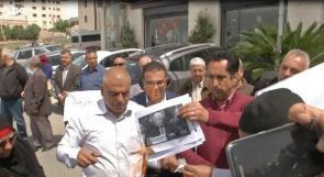 متظاهرون امام البيت الامريكي في رام الله يحرقون صور السفير الامريكي فريدمان