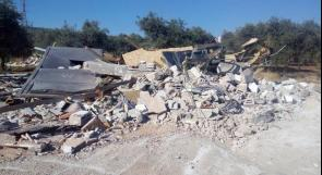 جرافات الاحتلال تهدم منزلًا في قرية قلنديا