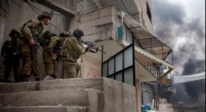 الاحتلال يفتش منزل والد الأسيرين حسام ونبيل القيسية في الظاهرية جنوب الخليل