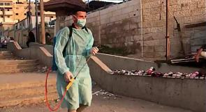 غزة تنثر الحب.. مريض سرطان يخاطر بحياته لتعقيم الأماكن العامة في ظل الجائحة