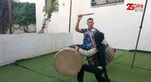الطفل قيس يخطف الأضواء من والده حمزة بإبداعه في العزف على الطبل السوري