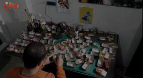 """علب السردين.. وسيلة """"محمد"""" الفنية في تجسيد معاناة اللاجئين بغزة"""